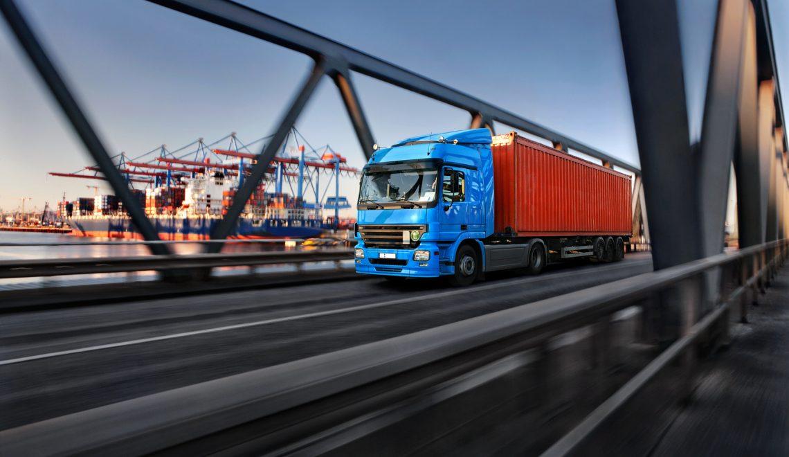 LKW mit Container im Hamburger Hafen