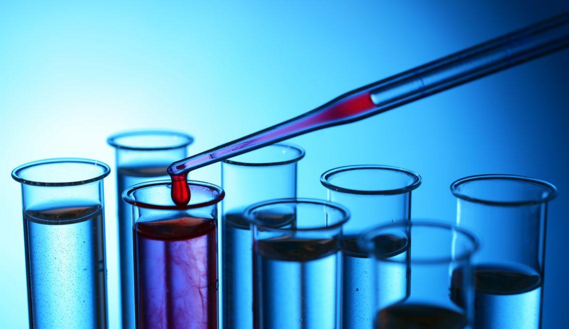 Reagenzglser mit Pipette bei Versuch in Labor