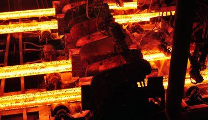 Fliessband mit glühendenTrägern im Stahlwerk // steelworks