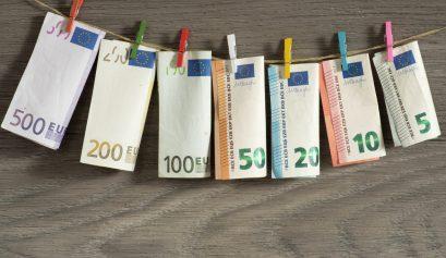Euro Geldscheine an einer Wäscheklammer