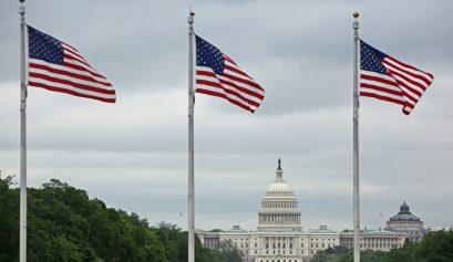 Kapitol in Washington mit US-Flaggen