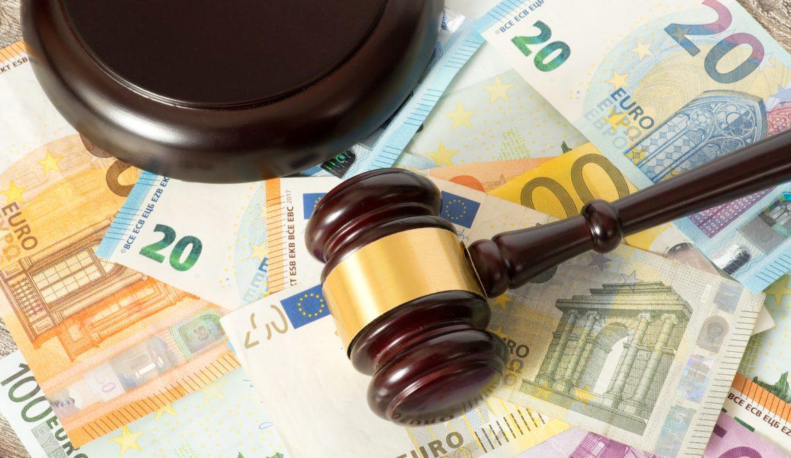 Ein Richterhammer oder Auktionshammer und Euro Geldscheine